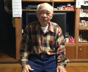 自宅で取材に応じる金城昭夫氏(2018年4月)