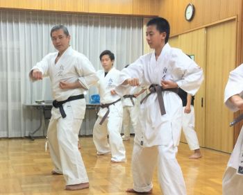 ナイハンチの型を行う高久昌義館長(左端)