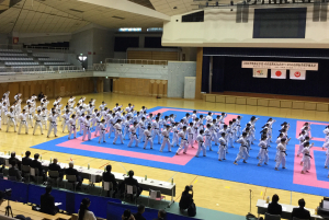 沖縄尚学高校の生徒による団体演武(県立武道館、2018年2月)