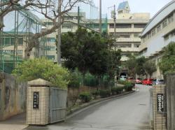沖縄尚学高校と附属中学の校舎入口