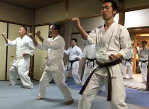 サンチンの型を稽古する心道流の門弟たち(大阪市)