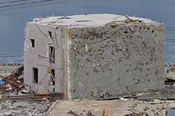 倒壊した宮城県女川町のビル(2011年4月7日撮影)