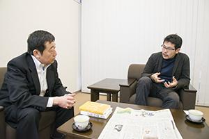若い世代への期待を語る寺脇研氏(写真左)と開沼博氏