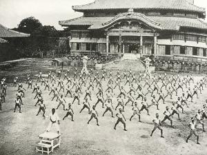 沖縄県立第一中学校生徒による空手の集団演武(昭和12年頃)