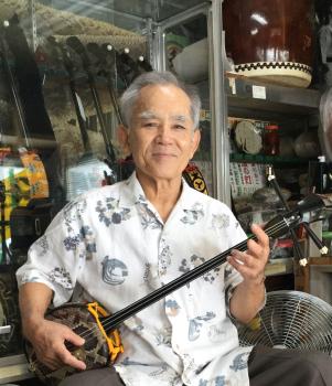 三線専門店を営む「妙武舘」舘長の松田芳正さん(那覇市)