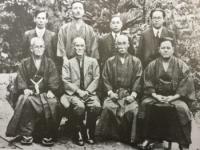 昭和戦前期の沖縄空手の指導者たち。前列左端が喜屋武朝徳(1937年)