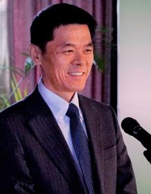 コンクールの表彰式(北京市内)でスピーチする陳文戈氏